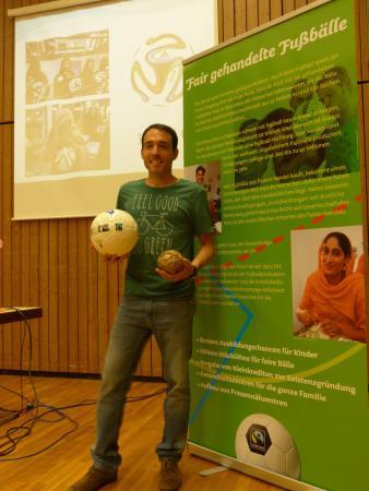 Educación para la Ciudadanía ayuda al desarrollo EDUCACIÓN PARA UNA CIUDADANÍA GLOBAL – GLOBALES LERNEN Educación para el Desarrollo Sostenible integridad del medio ambiente justicia social empatía cambio de perspectiva desarrollo del pensamiento crítico metodología interactiva solidaridad activa Globales Lernen Aprender Global